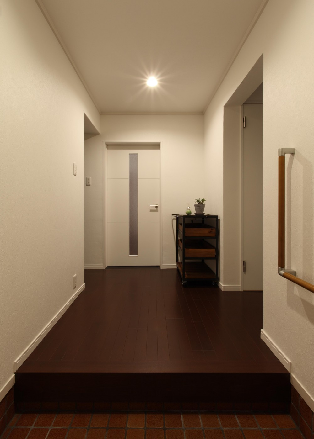 間取りを変えずに、内装・設備を一新 (廊下)