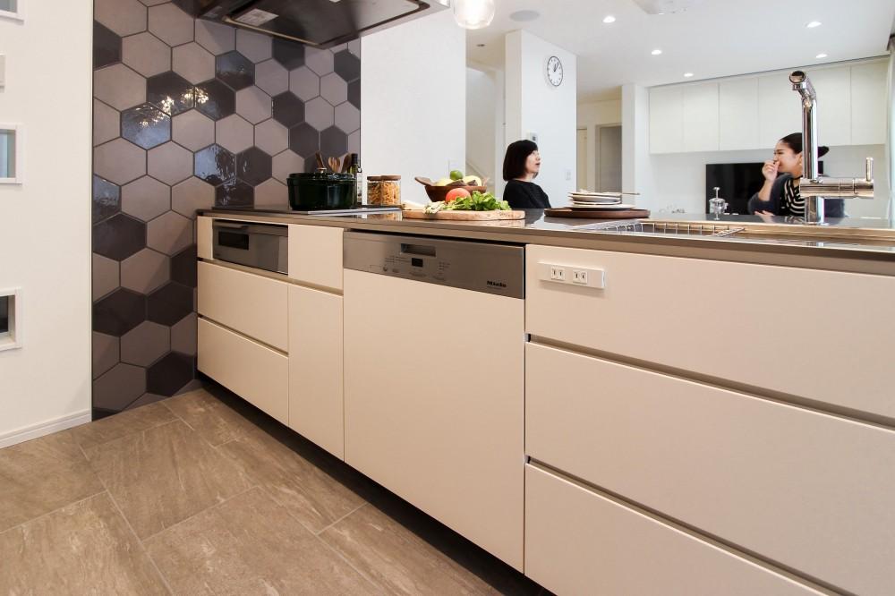機能やデザイン性を兼ね備えたキッチン (カフェのようにくつろげる空間…《オーダーキッチン》)