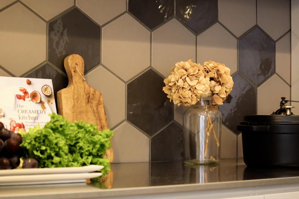 カフェのようにくつろげる空間…《オーダーキッチン》 (個性的な形をしたタイル)