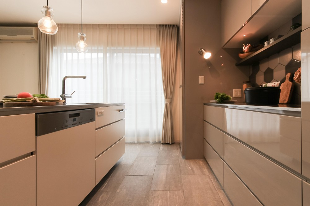 カフェのようにくつろげる空間…《オーダーキッチン》 (キッチンの床《タイル》)