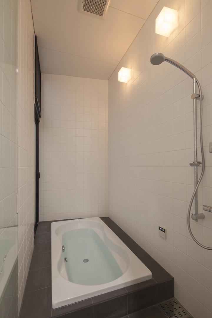 下北沢のコーポラティブハウスC (浴室)