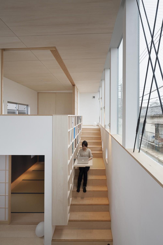 """""""のれん""""と立体図書館のある、東京の狭小、二世帯住宅 (住居の中の立体図書館)"""
