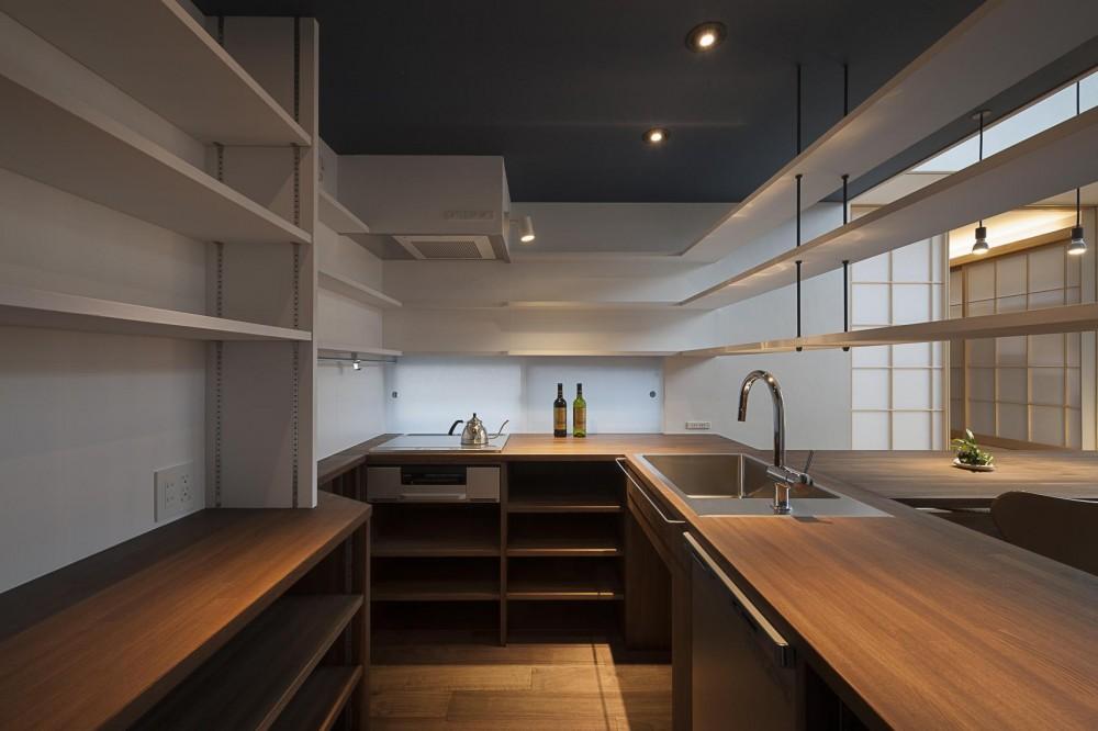 """""""のれん""""と立体図書館のある、東京の狭小、二世帯住宅 (コンパクトにまとまった造作によるダイニングキッチン。)"""