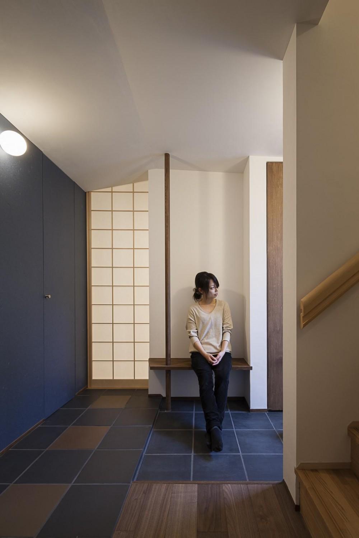 """""""のれん""""と立体図書館のある、東京の狭小、二世帯住宅 (敷瓦と和紙とベンチのある玄関)"""