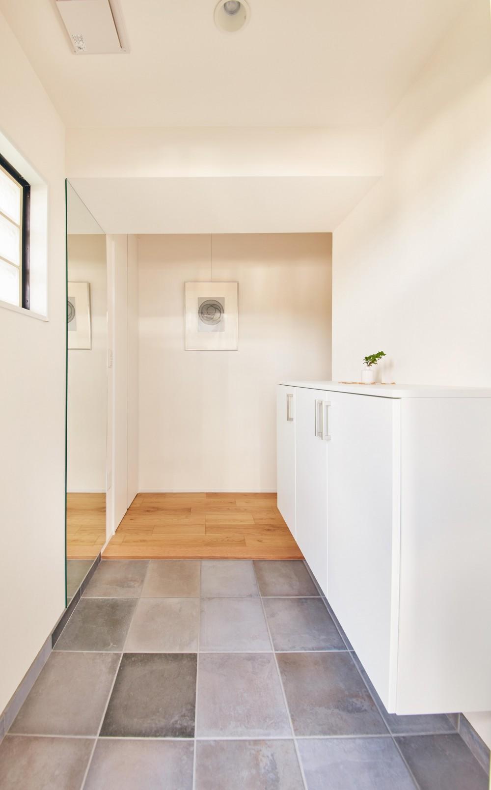 ゆとりを楽しむオープンキッチンの家 (玄関)
