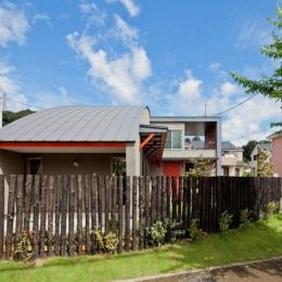 (東京都あきる野市)武蔵増戸のR屋根の家 (R形状がモチーフとなり庭の柵もR形状で計画している)