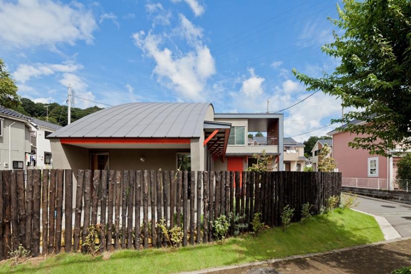 (東京都あきる野市)武蔵増戸のR屋根の家の部屋 R形状がモチーフとなり庭の柵もR形状で計画している
