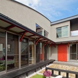 (東京都あきる野市)武蔵増戸のR屋根の家 (一直線に伸びる縁側と庇のある外部空間)