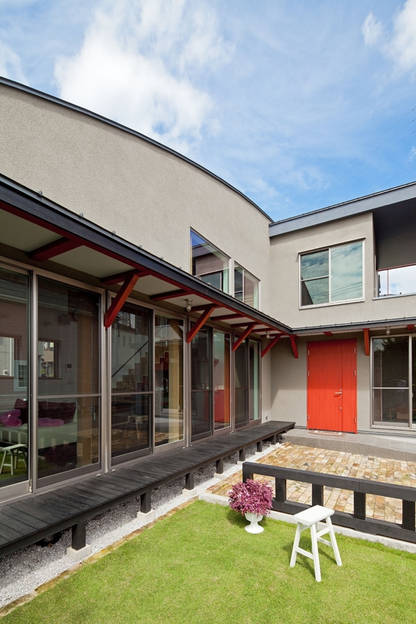 (東京都あきる野市)武蔵増戸のR屋根の家の部屋 一直線に伸びる縁側と庇のある外部空間