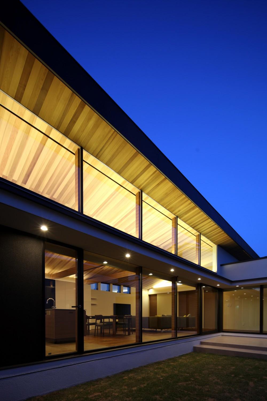 津紬の家(つむぎのいえ)~大きな勾配屋根の家~ (中庭(夜))