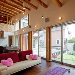 (東京都あきる野市)武蔵増戸のR屋根の家 (室内、室外との一体感を意図しているリビング)