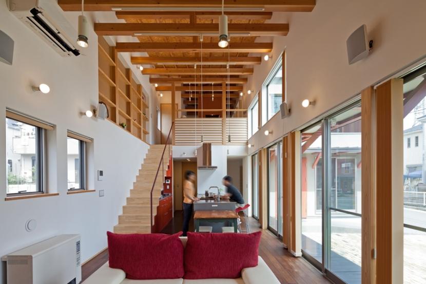 (東京都あきる野市)武蔵増戸のR屋根の家の部屋 アール状天井の下の大きな吹き抜け空間は家じゅうの空気と気配をつなげます,