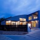 (東京都あきる野市)武蔵増戸のR屋根の家の写真 Rの屋根と,Rの柵のコンビネーションが絡む夕景