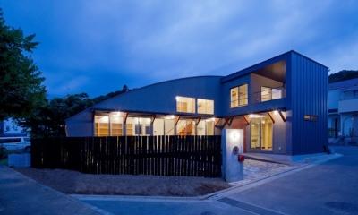 (東京都あきる野市)武蔵増戸のR屋根の家 (Rの屋根と,Rの柵のコンビネーションが絡む夕景)