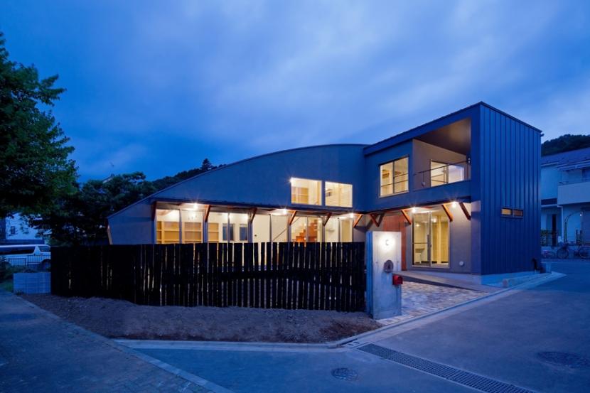 (東京都あきる野市)武蔵増戸のR屋根の家の部屋 Rの屋根と,Rの柵のコンビネーションが絡む夕景