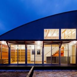 (東京都あきる野市)武蔵増戸のR屋根の家 (アール形状の屋根のスカイラインが美しく浮かび上がる)