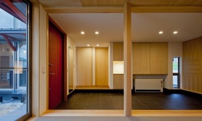 (東京都あきる野市)武蔵増戸のR屋根の家 (和室から玄関土間空間をみる)
