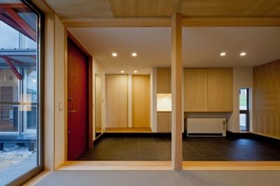 和室から玄関土間空間をみる ((東京都あきる野市)武蔵増戸のR屋根の家)