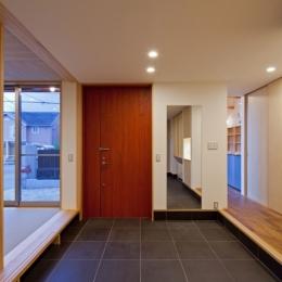 (東京都あきる野市)武蔵増戸のR屋根の家 (玄関土間スペースは離れの(建具を開放すると)和室と一体に活用出来る)