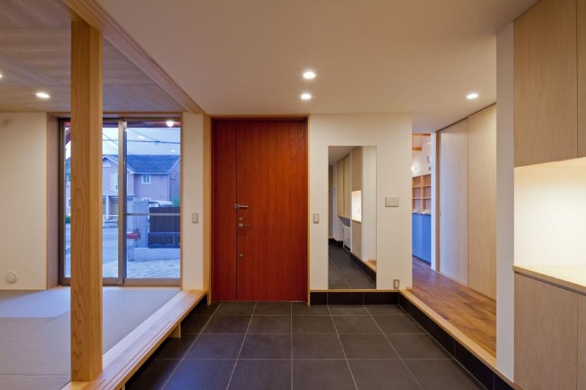 (東京都あきる野市)武蔵増戸のR屋根の家の部屋 玄関土間スペースは離れの(建具を開放すると)和室と一体に活用出来る