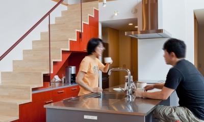 (東京都あきる野市)武蔵増戸のR屋根の家 (キッチンは家族の会話の拠点に)