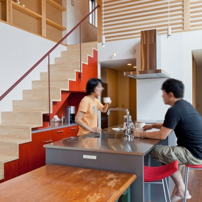 キッチンは家族の会話の拠点に ((東京都あきる野市)武蔵増戸のR屋根の家)