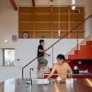 (東京都あきる野市)武蔵増戸のR屋根の家の写真 キッチンと階段は近くに!家族のコミュニケーションの中心に!