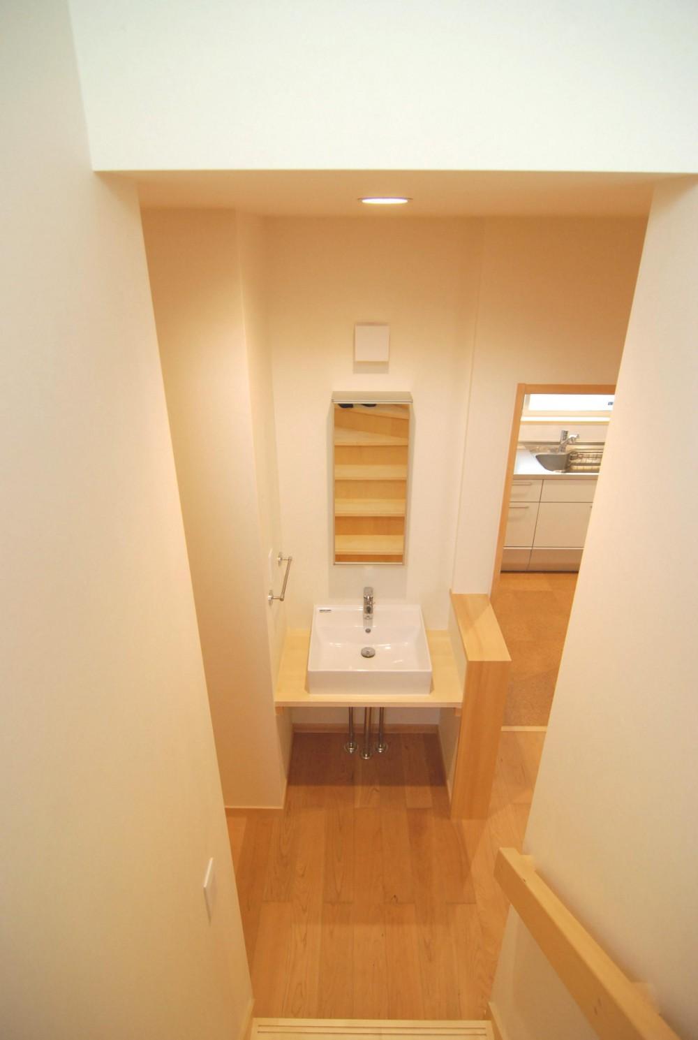 親家の隣に建つ住まい~建築家紹介サイトでの出会い~ (ローカにある手洗い)