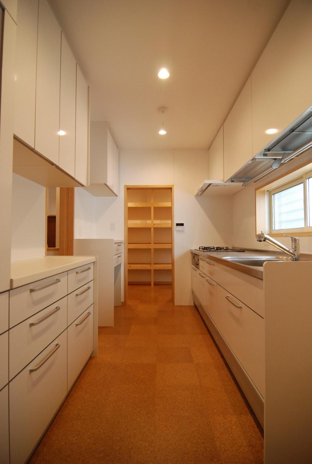 親家の隣に建つ住まい~建築家紹介サイトでの出会い~ (キッチン)