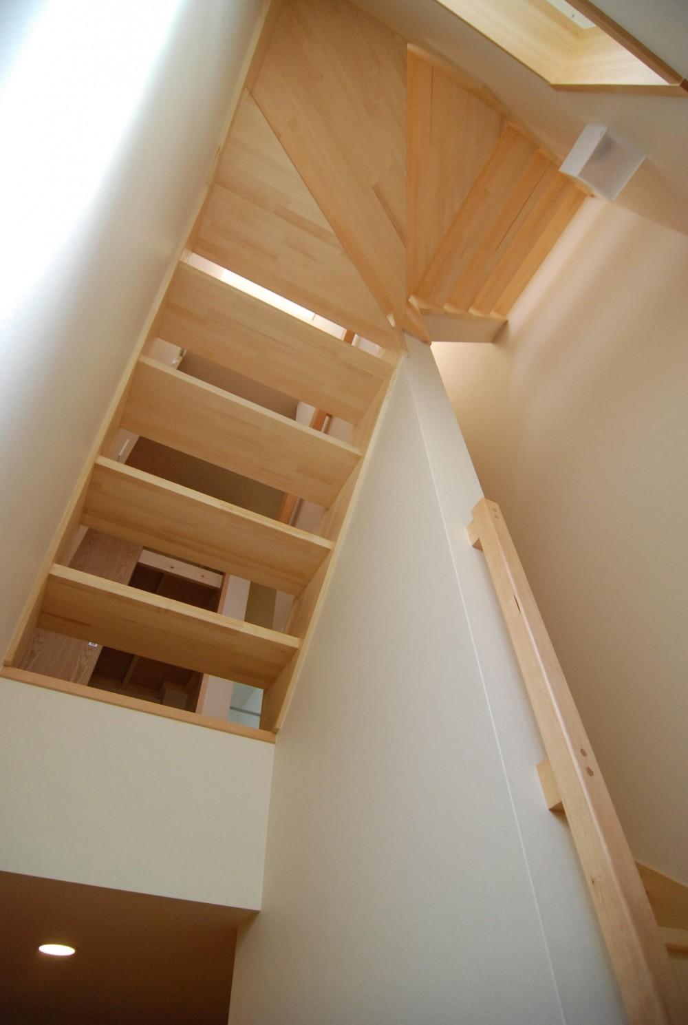 親家の隣に建つ住まい~建築家紹介サイトでの出会い~ (階段)