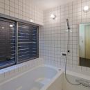 (東京都あきる野市)武蔵増戸のR屋根の家の写真 窓に木製スクリーンを設置して大きな開口を設けた浴室(ハーフユニット)