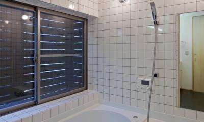 (東京都あきる野市)武蔵増戸のR屋根の家 (窓に木製スクリーンを設置して大きな開口を設けた浴室(ハーフユニット))
