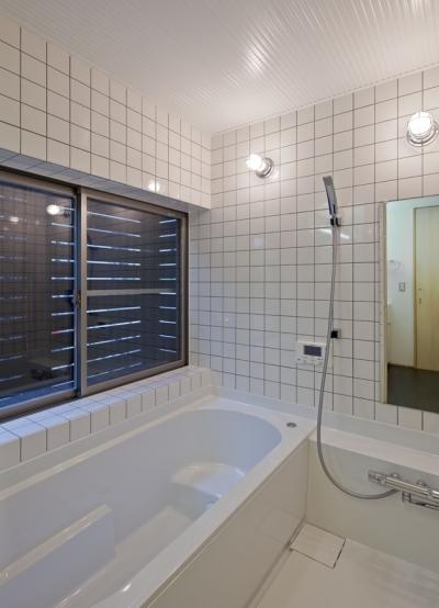 窓に木製スクリーンを設置して大きな開口を設けた浴室(ハーフユニット) ((東京都あきる野市)武蔵増戸のR屋根の家)