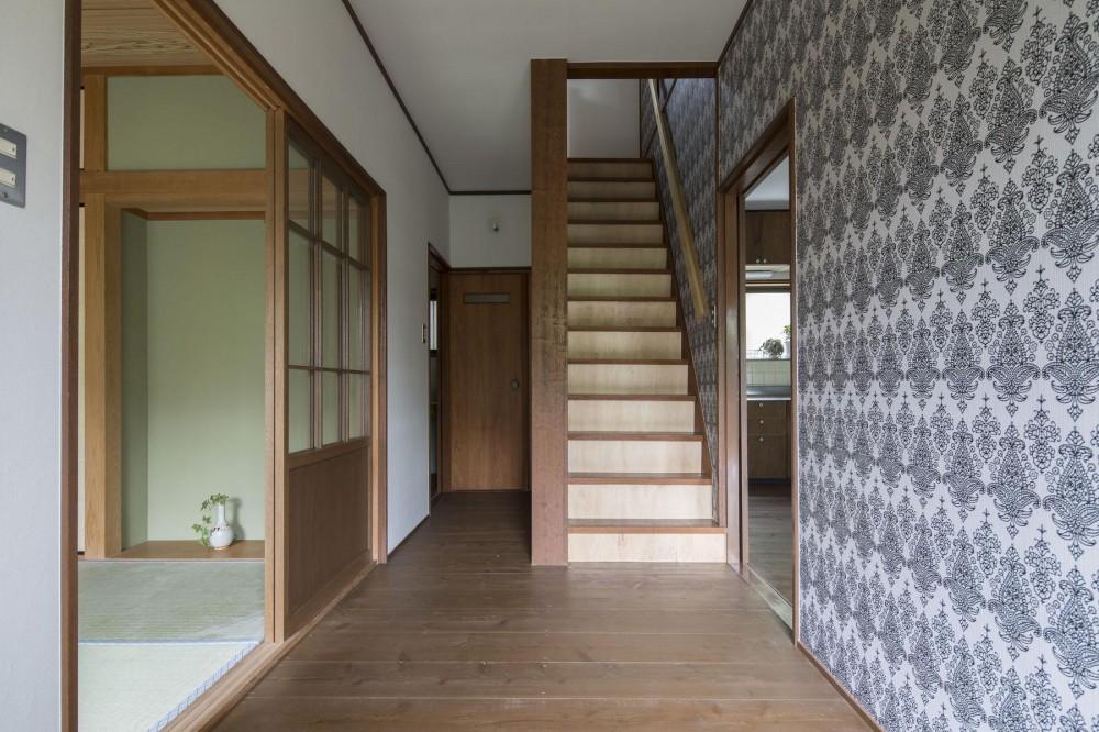 借家の家|賃貸向け一戸建てのローコストリノベーション【奈良市】 (玄関から階段を見る)