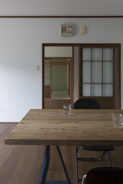 借家の家|賃貸向け一戸建てのローコストリノベーション【奈良市】 (リビングから玄関ホール、その奥に和室。)