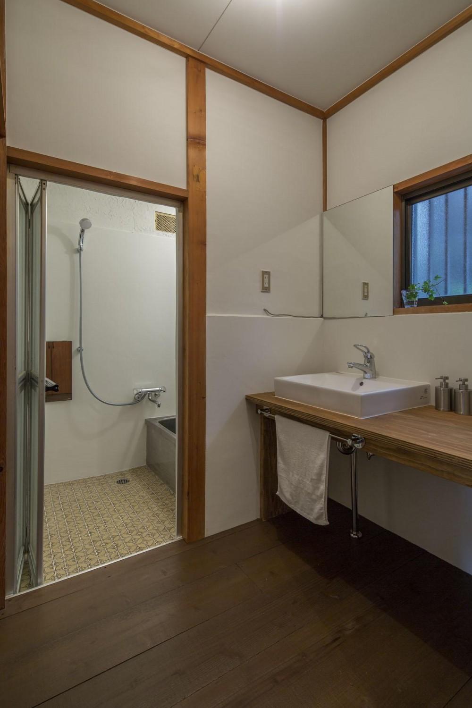借家の家|賃貸向け一戸建てのローコストリノベーション【奈良市】 (針葉樹合板カウンターと洗面器だけのシンプルな洗面室。洗面室)