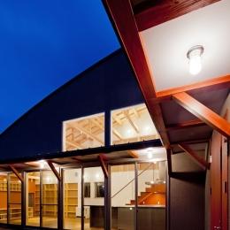 (東京都あきる野市)武蔵増戸のR屋根の家 (船舶用照明とベンガラ塗装を施した耐風梁の役目を果たす庇)