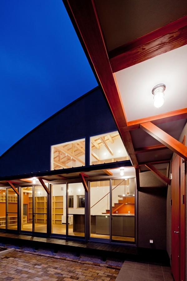 (東京都あきる野市)武蔵増戸のR屋根の家の部屋 船舶用照明とベンガラ塗装を施した耐風梁の役目を果たす庇