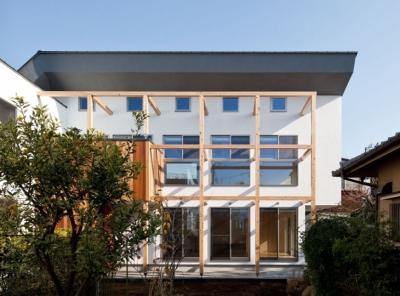 敷地延長の駐車場から見る外観 (木格子の家/石神井台の二世帯住宅)