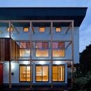 木の格子と白い外壁のコントラストが現代的要素となる外観