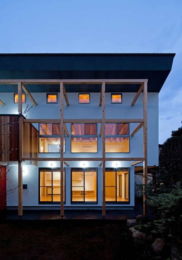 木格子の家/石神井台の二世帯住宅の部屋 木の格子と白い外壁のコントラストが現代的要素となる外観