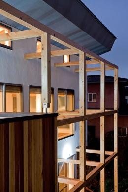 木格子の家/石神井台の二世帯住宅 (日除けのスクリーン,ルーバーを取付けるための木格子)