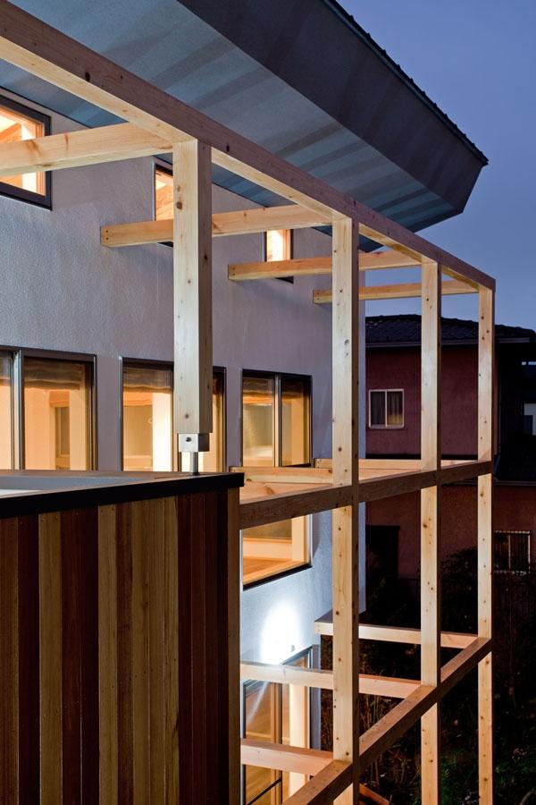 木格子の家/石神井台の二世帯住宅の写真 日除けのスクリーン,ルーバーを取付けるための木格子