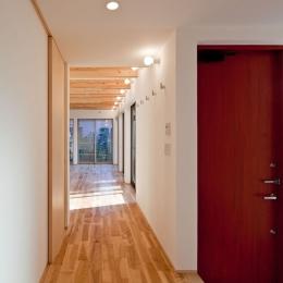 木格子の家/石神井台の二世帯住宅 (1階玄関ホールから親世帯のリビング方向をみる)