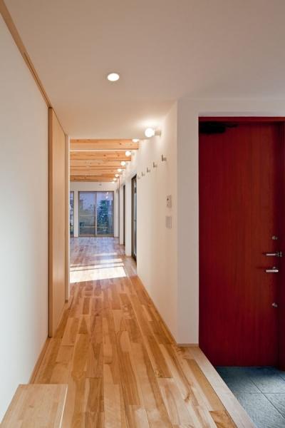 1階玄関ホールから親世帯のリビング方向をみる (木格子の家/石神井台の二世帯住宅)