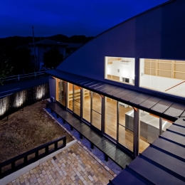 (東京都あきる野市)武蔵増戸のR屋根の家 (2階バルコニーから見下ろした庭およびその周辺)