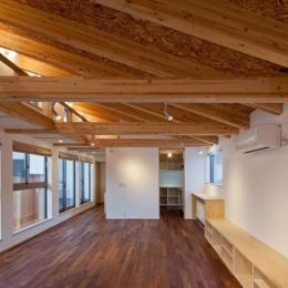 木格子の家/石神井台の二世帯住宅 (2階子世帯フロアのリビング(SE構法による構造))