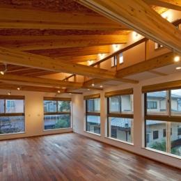 木格子の家/石神井台の二世帯住宅 (キャットウォークがある2階子世帯のリビング)