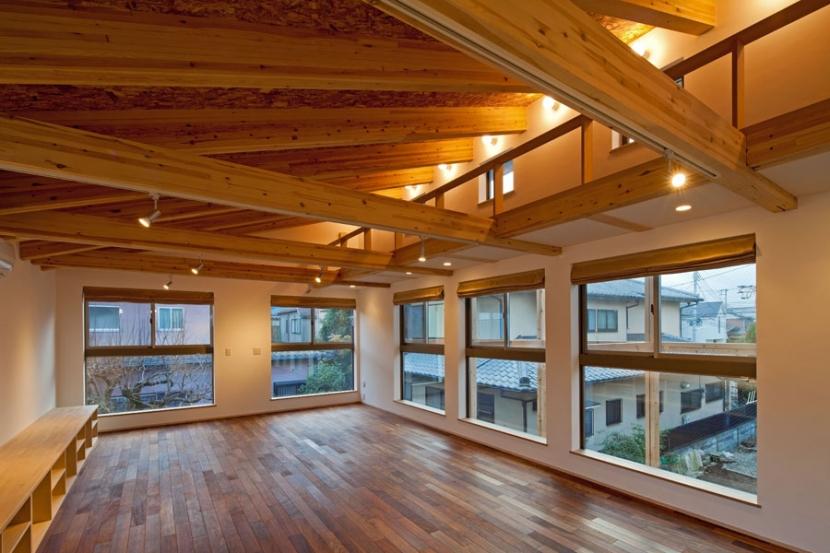 木格子の家/石神井台の二世帯住宅の部屋 キャットウォークがある2階子世帯のリビング