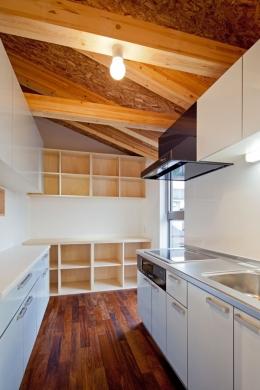 木格子の家/石神井台の二世帯住宅 (2階子世帯フロアのキッチンはコンパクトに)